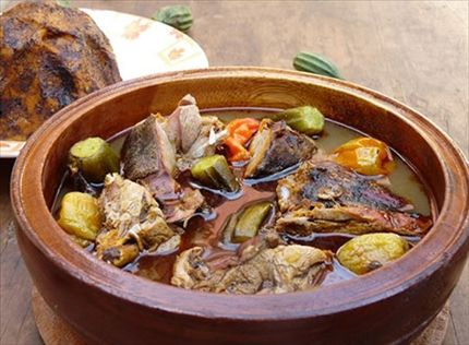 Mettez la viande dans la casserole avec 2 litres d'eau. Portez à ébullition pendant 30 min. Ajoutez la banane plantain, l'huile rouge, le kablè et l'adjuévan. Laissez cuire 30 autres min. Retirez la banane et réalisez le foufou. Torréfiez les grains d'akpi, la feuille de kablè, réduisez-les en poudre dans un petit mortier et mélangez cette poudre au piment. Ajoutez le cube d'assaisonnement, le sel, le piment sec en poudre. Laissez mijoter 10 min puis servez.