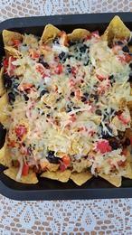Zelfgemaakte nacho chips met tortilla chips, bonen, geraspte kaas, papriks etc. https://youtu.be/uhZI24jGomU