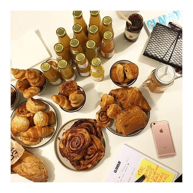 On commence bien la semaine avec le délicieux petit déjeuner de @foodora.fr qu'on déguste pendant notre conférence de rédaction 🍯🍪 #miam #yummy #breakfast #breakfasttime #foodora #cornerdelaredac