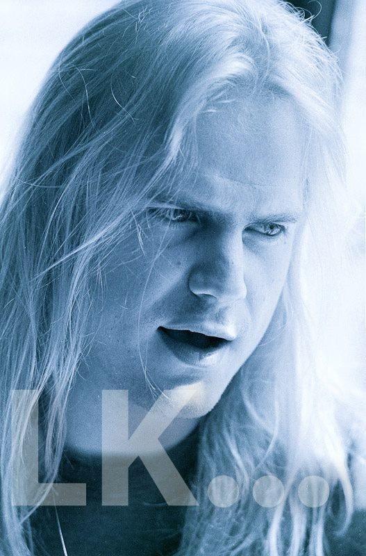 Marc Grewe    bei einem Marabo-Interview im Jahr 1993. Grewe war damals und ist wieder Sänger von Morgoth, einer Death-Metal-Band aus Meschede. Der Bandname entstammt der Bezeichnung eines Charakters aus Tolkiens Universum. Die Band exiatierte bis 1997 und formierte sich 2010 neu.    Der Mescheder ist bekennender BVB-Fan und gehört somit selbstverständlich zu den Köpfen des Ruhrgebiets ;-)    Foto Lutz Kampert, Portfolio: http://www.dimago.net/ , Recherche…