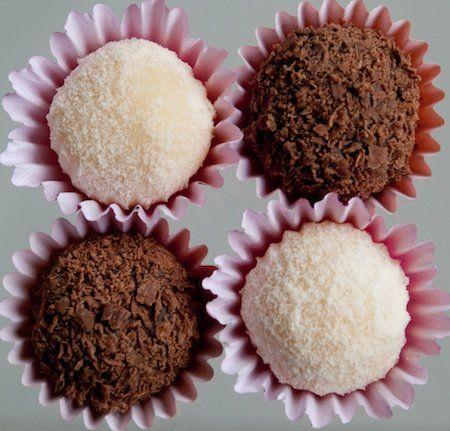 brigadeiro leite ninho e brigadeiro de chocolate obs: + uma colher de café de essência de baunilha (chocolate)