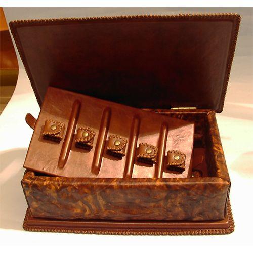 interno porta orologi cassettati in cuoio goffrato, con struttura in legno massello