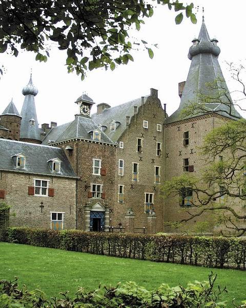 kasteel Doorwerth ligt in het dorp Doorwerth en ligt in de provincie Gelderland. In 1260 werd het in brand gestoken door de heer Vianen. Het kasteel is een waterburcht