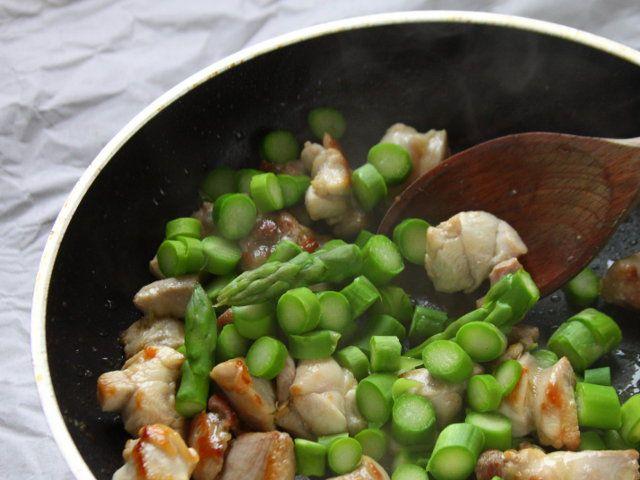 POLENTA MORBIDA CON POLLO E ASPARAGI 5/5 - In una padella con 2 cucchiai di olio fate rosolare l'aglio leggermente schiacciato e qualche rametto di santoreggia, unite la carne, insaporitela con sale e pepe, e fatela dorare a fuoco forte da tutti i lati; aggiungete gli asparagi e continuate la cottura per 10 minuti. Distribuite la polenta nei piatti quindi disponetevi sopra la carne preparata e irrorate con la salsa. Servite caldo.