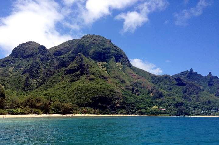 Praia Makua (Tunnels Beach) é a última praia para mergulho e mergulhadores. Esta baía em forma de lua crescente, é cercada por palmeiras e árvores de pau-ferro. A praia de areia dourada tem um cenário de selva exuberante e montanhas que fazem do lugar uma imagem perfeita de praia. Costa Norte de Kauaí, Havaí, USA.