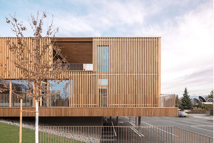Bereits im Rahmen des geladenen Wettbewerbs für das Bankgebäude standen zeitgemäße Architektur, nachhaltige Bauweise, kurze Bauzeit und ein Raumprogramm mit gemischter Nutzung im Mittelpunkt der Vo…