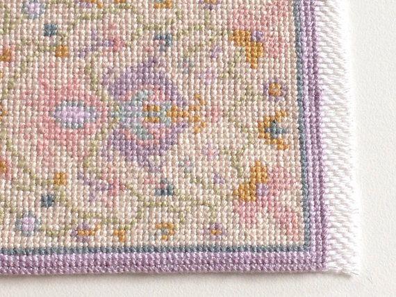Miniatura, alfombras bordadas, escala 1: 12 (1 in), corredor de Daguestán (alfombra de la galería). Con sus tonos de verde azulado, violeta antiguo, lavanda, rosa antiguo, oro miel, jade verde sobre un fondo beige claro, esta alfombra es realmente excelente y muy detallada. El patrón se ha adaptado de una alfombra de gran escala, una verdadera reproducción de un cuadro preparado por Harry L. Whalon, con cariño y cuidadosamente bordadas por Emanuela Festa Sundell, Ludvika, Suecia. Su tamaño…