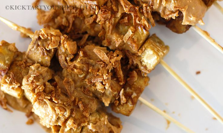 Vegetarisch barbecuen? Dat kan met deze heerlijke en simpele vegetarische bbq spiesjes van tempeh met een zelfgemaakte gezonde satésaus! Gezond barbecuen.