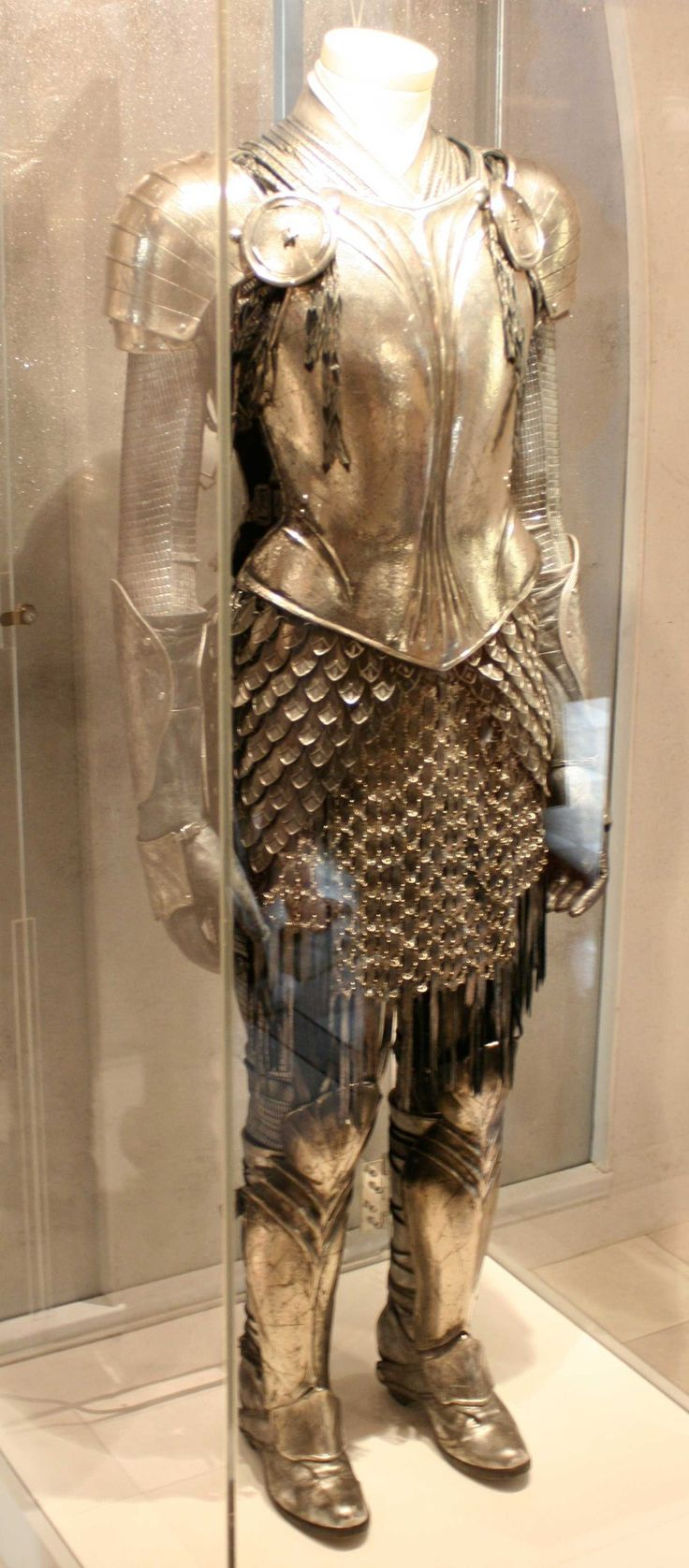 Beautiful armor.  tumblr_mbupsonCPw1ri042po2_1280.jpg 843×1,920 pixels