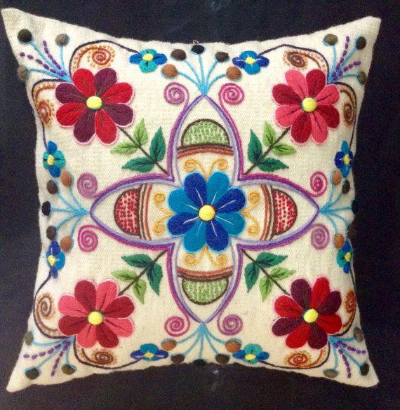 White Floral Peruvian Pillow Embrioreded por MysstikPeru en Etsy