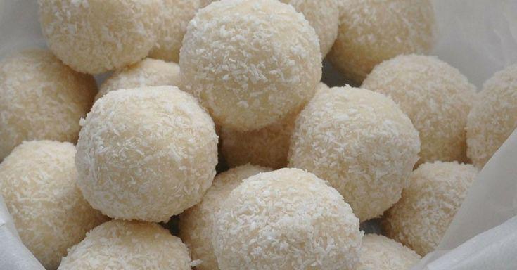Bleskovékokosové kuličky, které neobsahují žádný přidaný cukr a přesto jsou jemné, krémové a naprosto skvělé :). Mají vysoký podíl vitamínu B6 a minerálů, jako je železo a mangan.Doba přípravy: 1 h + čas na chlazení Porce: cca 24 kuliček Nutriční hodnoty (1 kulička): Kalorie: 90, Bílkoviny: 5 g, Tuk: 8 g, Sacharidy: 3 g