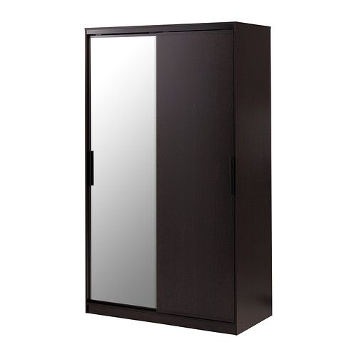 MORVIK ワードローブ IKEA 引き戸なので開閉スペースをとりません 扉の1枚がミラーになっているので、別途ミラーを置く必要がなく、スペースを有効に活用できます 可動棚付き。収納するものに合わせて棚の位置を調節できます