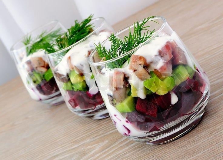 Stock foto af 'Rødbeder salat med avocado og sild i fløde sauce i et glas'