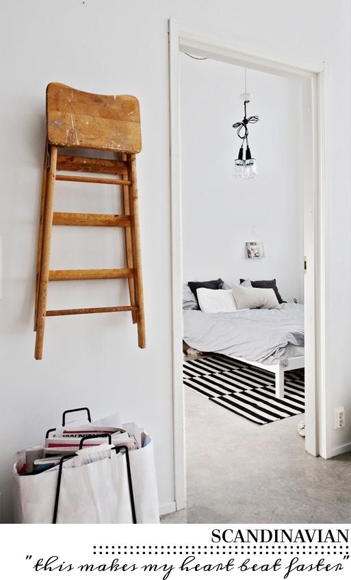 Kruk of stoel ter decoratie of te gebruiken als Kapstok! Als je een klapstoel open ophangt kunnen er dozen op het zitgedeelte worden gezet. Aan de poten kunnen de jassen (met kleerhanger) worden opgehangen