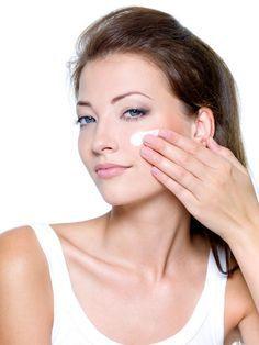 Cómo quitar las manchas del bigote. A muchas mujeres les aparece encima del labio superior una mancha oscura, esta mancha de la piel puede aparecer de manera temporal o quedarse en tu rostro de manera perenne. El sol, el cambio hormonal...