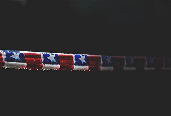 Flexible y resiliente la bandera, viento, agua y tierra pasan por ti. Gracias @ricardomolina88 por compartirnos esta significativa imagen. Como siempre compartimos la foto del día en Instagram y nuestra web. Continúa usando el HT#comunidadfotografía y enviando tu mirada a fotodeldia@comunidadfotografia.cl