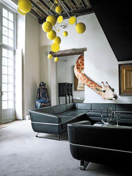 Chez Ora Ito - Le Marais, Paris. S'amuser avec les espaces, les formes, l'imprévu, le drôle. Et aimer d'autant plus son chez soi.