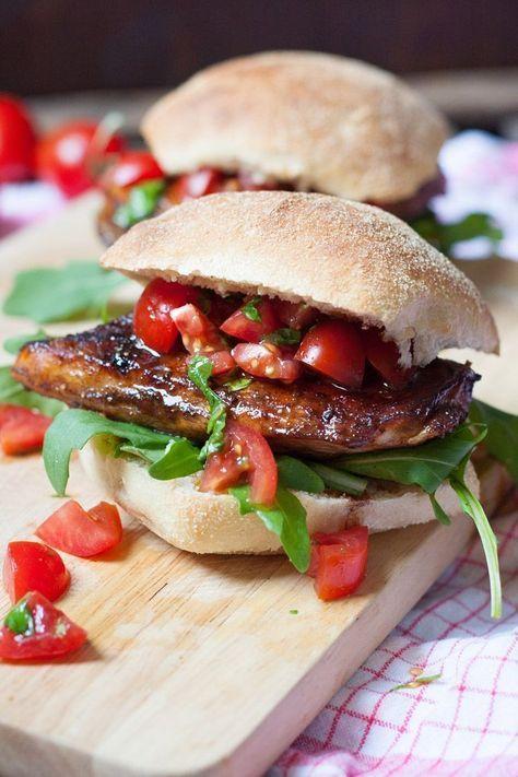 Für alle, die es herzhaft und saftig und würzig lieben! Italienisch inspirierter Hähnchen-Burger.