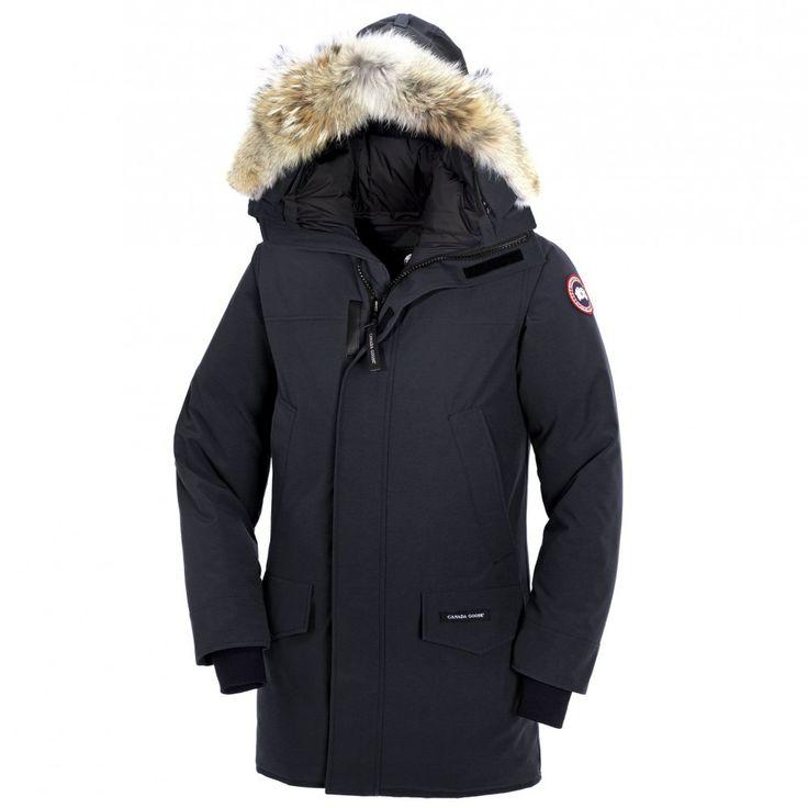 Canada Goose Langford Parka i navy. Parkaen holder varmen veldig godt og tåler kulde ned til -25 grader celsius. Den har to skrålommer på bryst og to lommer i midjen. Parkaen har både glidelås og borrelås fra topp ti