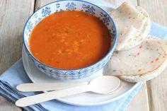Tomaten-paprikasoep. eerst een bouillonnetje getrokken van soepvlees. ( 4 uur zachtjes koken). 1 groen van prei, beetje selder, grote ui, 3 blaadjes laurier, tijm. Koriander of peterselie op het eind erbij
