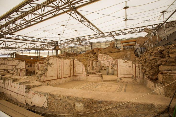 Gli scavi dell'antica città di Efeso, dove sorgeva il Tempio di Artemide, una delle Sette Meraviglie del Mondo classico, è una delle mete più visitate dai turisti in Turchia. Tra le sue attrazioni, le cosiddette Case a Terrazza sono famose per gli ambienti affrescati. Per proteg
