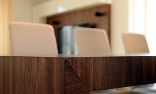 Detail stolu. Geddes-Kaňka Interiors