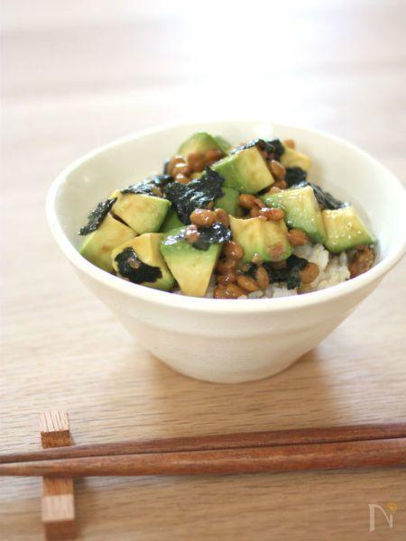 混ぜるだけの簡単丼レシピ。アボカドと納豆の濃厚さを、梅がさっぱりと引き締めくれます。海苔の風味でさらに美味しく!