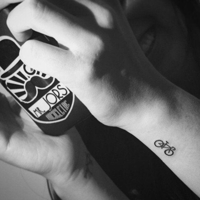 Pin for Later: 100 klitze-kleine Tattoo-Ideen für euren ersten Stich Wer sein Rad liebt, der schiebt