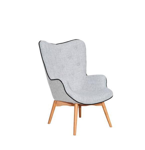 """""""Ova jednostavna i bezvremenska fotelja bez problema će pronaći svoje mjesto u mnogim interijerima. Ugodna siva tekstilna navlaka sa zgodnim crnim rubom i udobno punjenje pozivaju na opuštanje i odmor. Noge fotelje su drvene, izrađene od bukve."""""""