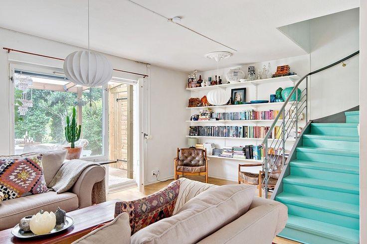 гостиная выход на террасу лестница мягкая мебель полки книги