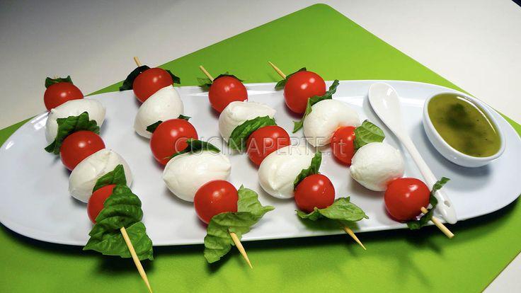 Gli spiedini di mozzarella e pomodorini sono un piatto fresco e leggero, colorano la tavola e stuzzicano l'appetito.