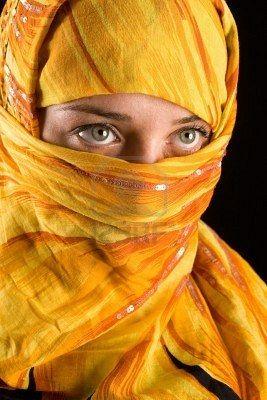Retrato de una bella mujer con velo amarillo.