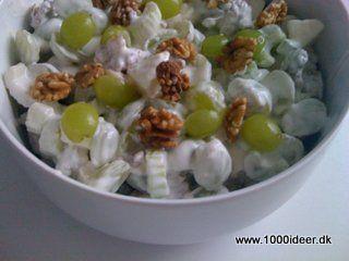 Opskriften er til ca. 8 personer. Der skal bruges; ½ l cremefraiche 9 % (evt. lever fedtprocent), 2 spsk. sukker, ¼ groft salt, 4 bladselleristilke, 300 g grønne stenfrie druer + nogle til pynt, lidt sure æbler 2-3 stk., 100 gr. Knækkede valnødder. Cremefraiche, sukker og salt blandes og de rensede frugter komme i dvs. bladselleri i ca. 1½ cm udskårne stykker, æblerne i terninger, halve vindruer og valnødderne. Pynt med halve vindruer og valnødder. Vi bruger denne til farserede kalkun…