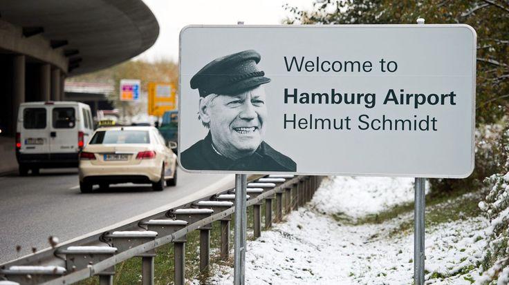 """Der Flughafen Hamburg heißt zu Ehren des vor einem Jahr verstorbenen Altkanzlers ab sofort """"Hamburg Airport - Helmut Schmidt"""". Für Bürgermeister Scholz ist die Umbenennung sehr passend."""
