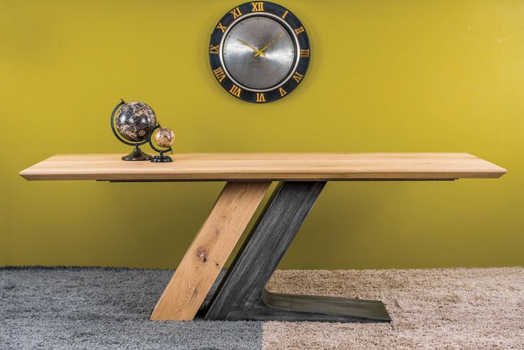 """Τραπέζι unzipped σε σχήμα """"Ζ"""". Η επιφάνεια είναι σε δρυς με ή χωρίς ρόζους ενώ το πόδι είναι σε ξύλο και σε πατίνα ή λάκα. Παράγεται σε διάφορες διαστάσεις"""
