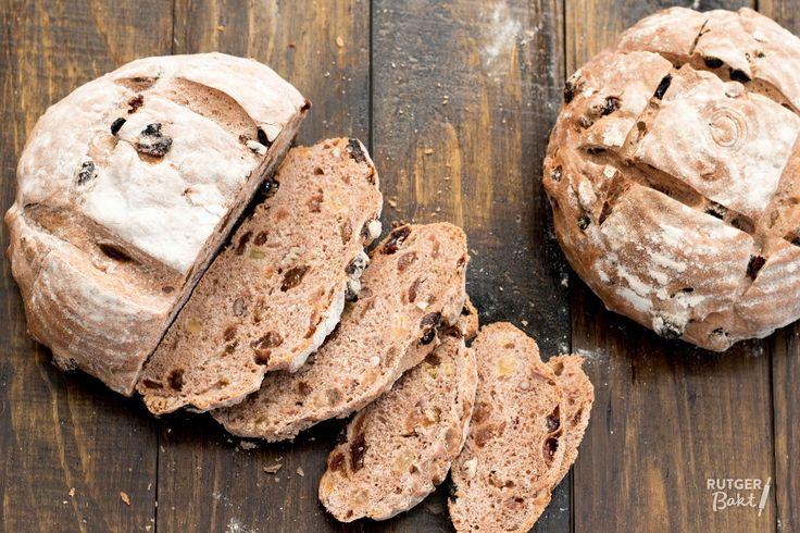 Dit kruidige rozijnenbrood met pecannoten is heel smaakvol. Je kunt het maken met een gistdeeg, met een gistdeeg en een voordeeg of met een desemdeeg.