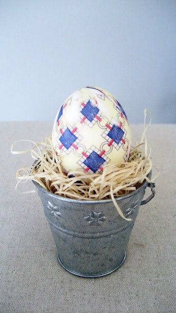 Use a silk tie to make these tie-dye Easter eggs.