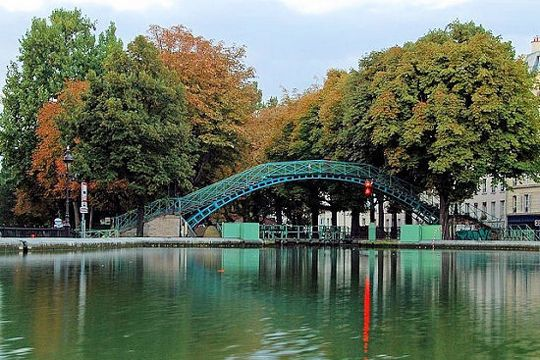 Canal Saint-Martin, Paris. On the banks of Canal Saint-Martin , one sits on the banks of the Seine for a picnic or just chat with friends. © Bruno Monginoux