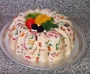 Las gelatinas son un alimento muy sano, ayuda a mantener los huesos sanos. En esta receta te decimos como preparar una gelatina de leche condensada con pedacitos de gelatina de otros sabores, quedando un lindo mosaico de colores y sabores irresistible. ¿Quieres probarla? Aquí tienes la receta. Receta de Gelatina de Mosaico Ingredientes 1 sobre …