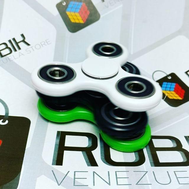 Llegaron a Venezuela los Fidget Spinner..������ Encuentralo en tu tienda online. Link➡️ www.rubikvenezuela.com Envíos a todo el país. Somos mercado libre Platinum. Cualquier duda aclara la al privado. ��⏩rubikvenezuela.com  #fidgetspinner  #rubikvenezuelastore  #merida #venezuela #caracas #maracaibo #tachira #speedcube #rubikcube #venezuela #tiendavirtual  #like4like #instafoto #puzzle #photography #photo #brainteaser #rompecabezas…