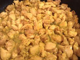 INGREDIENTES: 1 1/2 libra de carne de pollo sin piel, deshuesada y cortada en cubos 8 a 10 tomatillos grandes 4 chiles guajillo 2 chile...