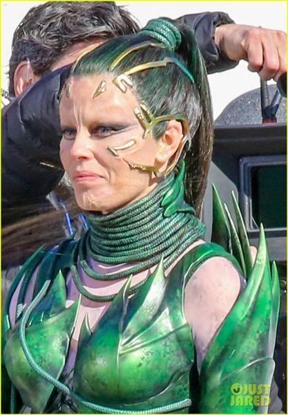 Mais fotos de Elizabeth Banks como Rita Repulsa nos bastidores de Power Rangers - Slideshow - AdoroCinema