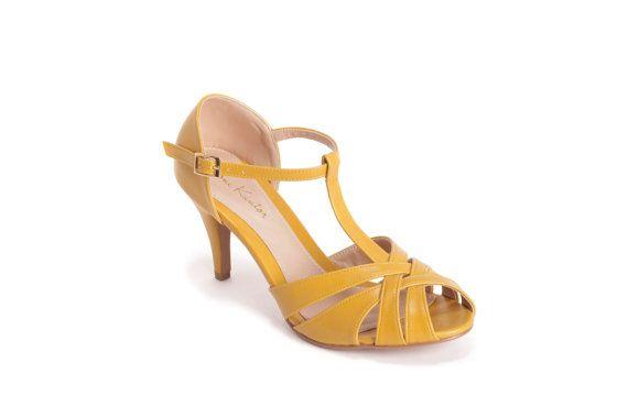 Maak kennis met Dona! Klassieke mooie schoenen, ideaal voor de bruid chique vegan!  Geweldig, comfortabele hoge hak schoenen (7,8 cm), unieke en klassieke gerekend.  Verkrijgbaar in kleuren: mosterd / licht blauw / rood / zacht roze / goud / Creme  Mijn vintage geïnspireerde schoenen zijn zorgvuldig ontworpen en handgemaakt van hoge kwaliteit vegan leer (vervanger voor leer) - veroorzaken we ♥ dieren :)  Ik maak schoenen in de groottewaaier van 33-43 (EU),  Schoen maat conversie grafiek…