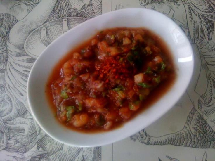 ACILI EZME(her evre)    MALZEMELER:  -6 yemek kaşığı domates rendesi  -1 küçük soğan  -1 avuç maydanoz  -1 avuç taze nane  -1 tatlı kaşığı balsamik sirke  -1 tatlı kaşığı z.yağ  -1 tatlı kaşığı limon suyu  -pul biber  -sumak  -az tuz
