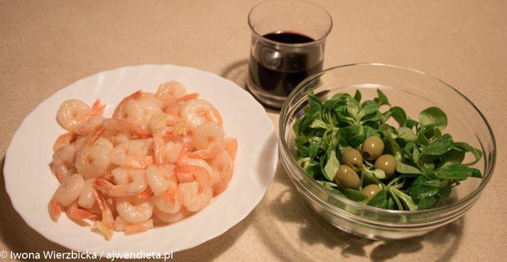 Tym razem krewetki, sałata (roszponka), oliwki i czerwone wino. Krewetki kupuję w Tesco na wagę, gotowane, mrożone.