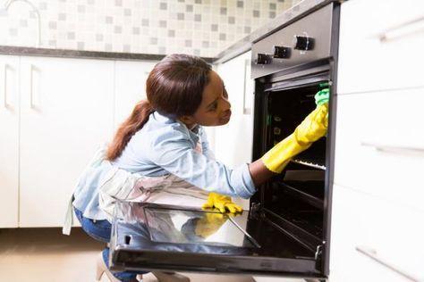 Cómo limpiar un horno eléctrico con productos naturales. La limpieza del horno es algo que necesitamos hacer de vez en cuando. Por mucho que protejamos las bandejas con papel de aluminio -como muchos hacen- los olores de la comida que preparamos permanecen ...