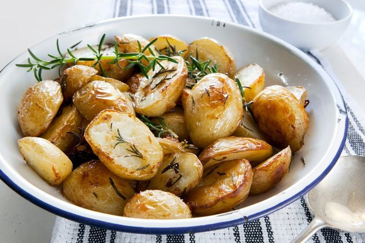 Очень простые и быстрые рецепты кНовомугоду — The Village Запеченный картофель с голубым сыром с плесенью (дорблю)
