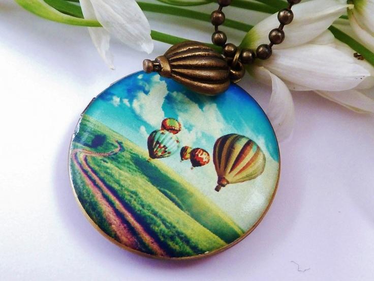 Diese zauberhafte Medaillon-Halskette im Vintgage-Stil läßt sich öffnen, so daß man Fotos oder Kleinigkeiten hineingeben kann.  Die Anhänger aus Metal