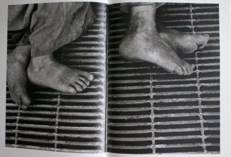"""Larrain 1965. Su técnica es peculiar. Es considerado un fotógrafo que trabaja desde cerca, se hace """"invisible"""" y realiza muchas tomas en contrapicado, encuadrando a ras de suelo."""