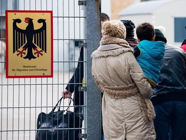 Flüchtlinge warten vor der Landesaufnahmebehörde Niedersachsen in Braunschweig.
